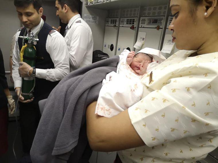 Неймовірно! Народження дитини в літаку! Українська лікарка прийняла пологи