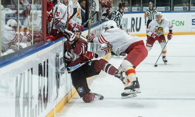 Удари і нокдаун: два хокеїсти влаштували  бійку в матчі НХЛ (відео)