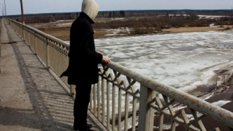 А потом скидываемся на лечение: подростки залезли на перила моста (ВИДЕО)