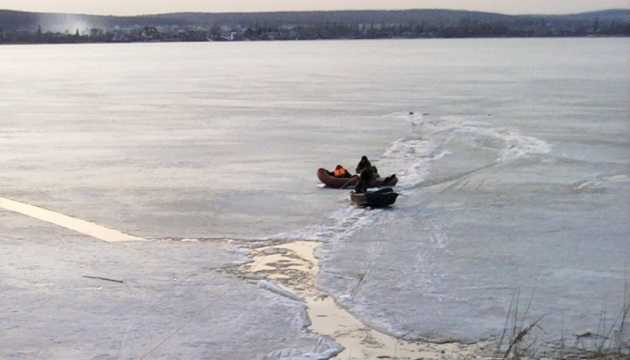 Трое детей провалились под лед и утонули