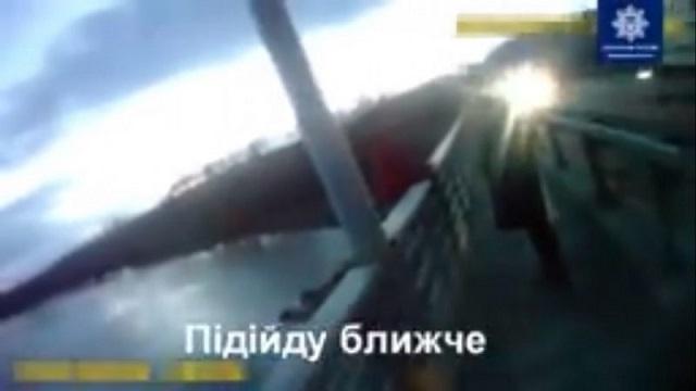 У Києві патрульні врятували жінку від сам0губства (відео)