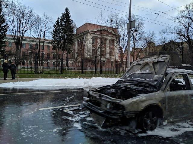 У Києві посеред дороги м0т0р0шна пожежа знищила авто: відео