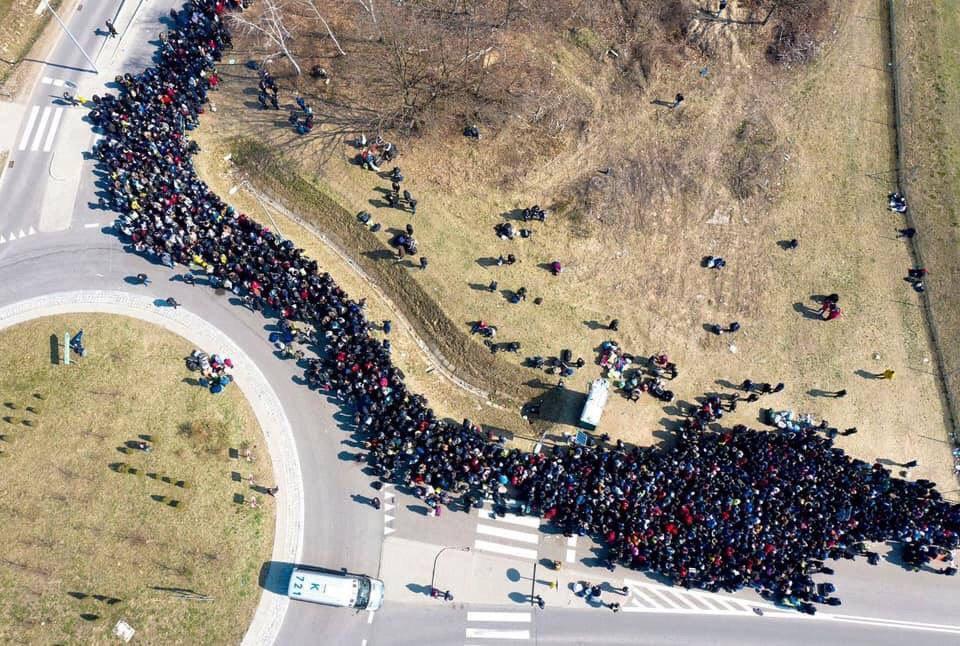 Поляки засняли с воздуха многотысячную толпу украинцев на границе