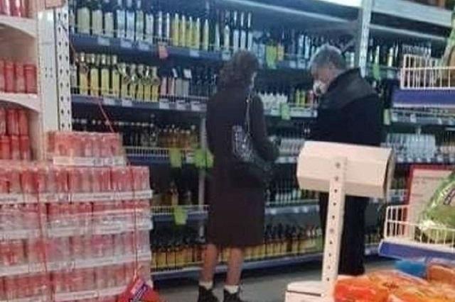 Порошенко с женой в масках сфотографировали в супермаркете