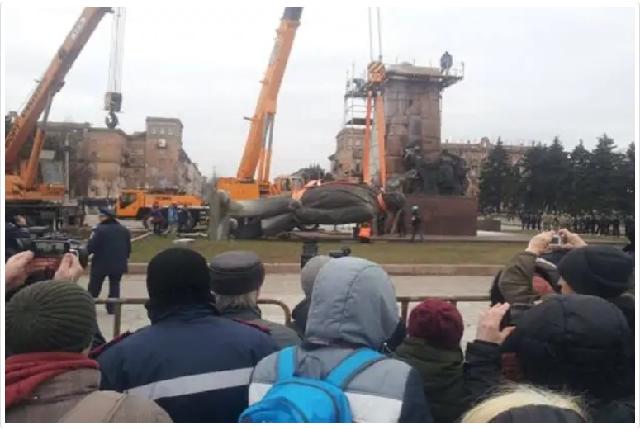 """""""Начхати на коронавірус"""": на Одещині просто біля церкви встановили пам`ятник Леніну (фото)"""