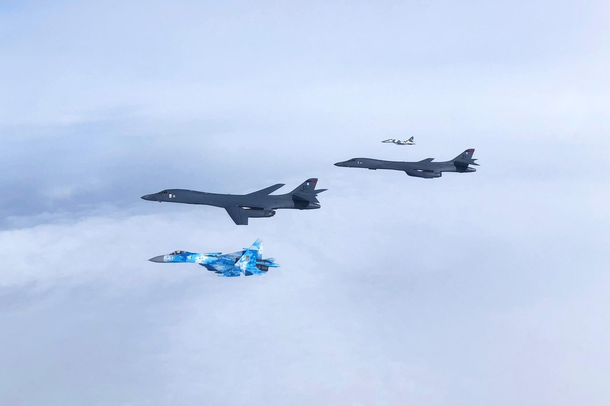 Над Украиной пронеслись бомбардировщики США: в сети показали фото