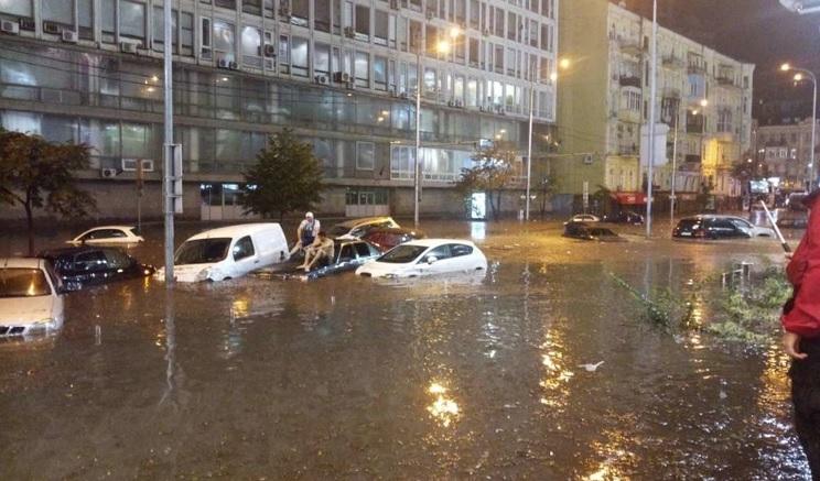 Суботні вечірні кадри облетіли всю Україну…Київ поплив… автомобілі тонуть прямо на вулиці (відео+фото)