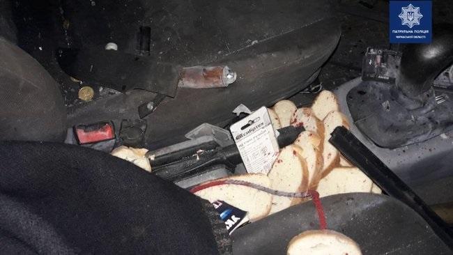 Черкасщанин в салоне авто решил показать товарищу самодельную взрывчатку, она сдетонировала — оба мужчины госпитализированы, — патрульная полиция. ФОТОрепортаж