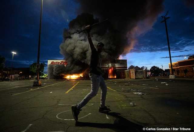 Грабят магазины, поджигают здания. Трамп ввел войска: Что происходит в Миннеаполисе, где полицейские убили афроамериканца