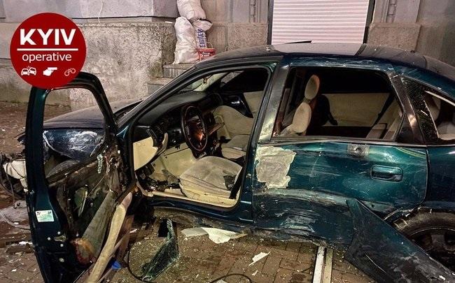 Opel на евробляхах в Киеве протаранил Chevrolet, вылетел на тротуар и снес ряд ларьков: водитель сбежал. ВИДЕО+ФОТОрепортаж