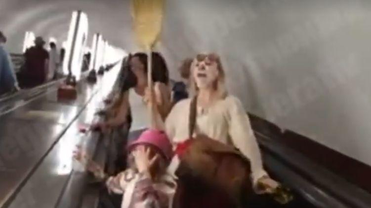 Кто они? «Вас обманывают, снимайте маски!» В метро Киева женщины с метлой призывали не верить в коронавирус. Видео