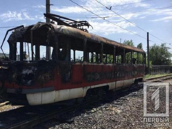 Вагон охватило пламя: в Кривом Роге загорелся скоростной трамвай с пассажирами (фото, видео)