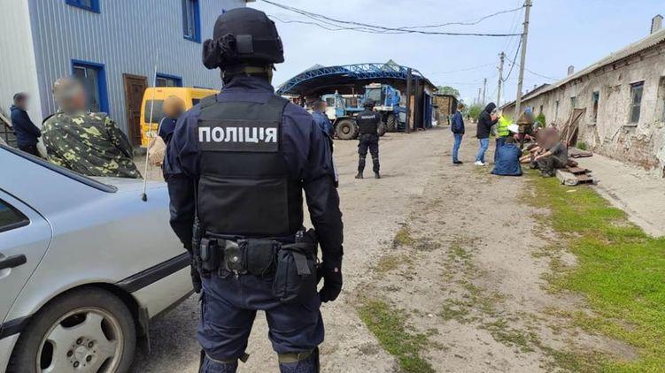 «Копы любят бить уголовным кодексом — следов не остается». Как и зачем мучают людей в украинской полиции