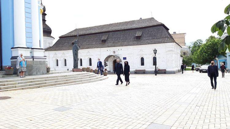 Порошенко с семьей прибыл в Свято-Михайловский монастырь на панихиду по отцу. Фото