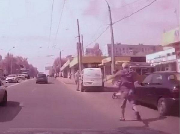 В Харькове мужчина остановил коляску с ребенком, которая выкатилась на дорогу (видео)