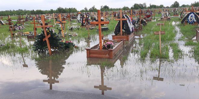Наводнение накрыло запад Украины: вода сносит все на пути. Видео