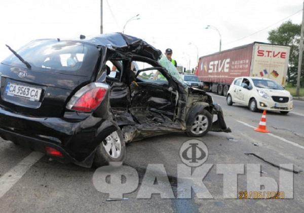 Тройное столкновение с участием грузовика. Погибла женщина-водитель: фото с места ДТП