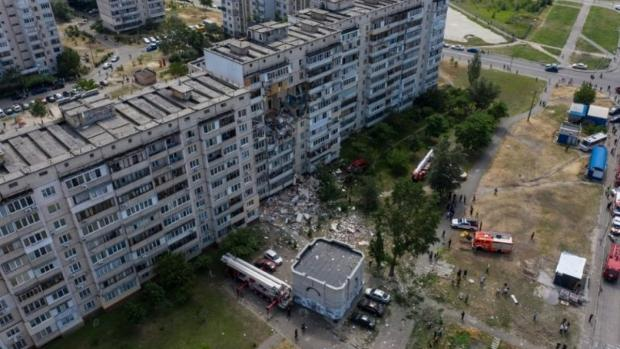 Будинок ворушиться, люди налякані: Що зараз відбувається на місці вибуху багатоповерхівки в Києві
