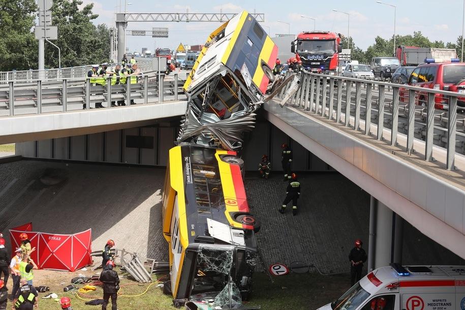 З'ясована причина падіння автобуса з мосту у Варшаві. Винен водій