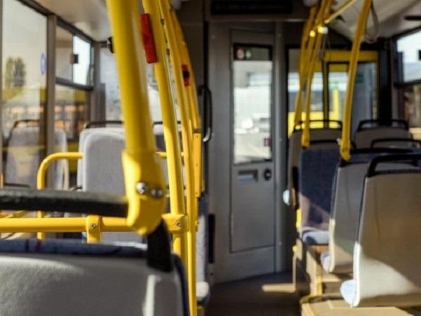 В Днепре мужчина устроил драку в троллейбусе из-за просьбы надеть маску: инцидент попал на видео