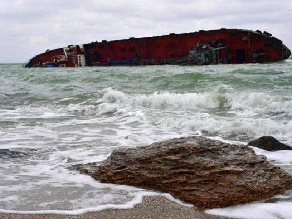 Превращается в искусственный риф: потерпевший крушение танкер Delfi сняли на видео под водой