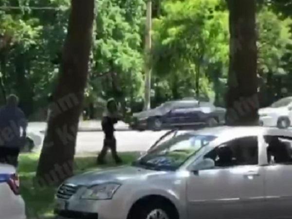 Патрульные устроили стрельбу из-за нападения бойцовских собак: в сеть попало видео происшествия