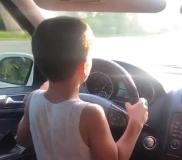 Блогер из Житомира посадил за руль ребенка на скорости 100 км/ч (видео)