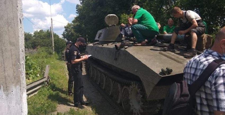 2014 повернувся! У Шепетівці місцеві перекрили шлях військовій техніці! (ФОТО)