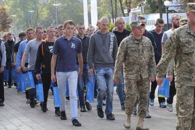 Вместо ВУЗа в армию: В Украине забирают служить вопреки постановлению Кабмина и обещаниям власти