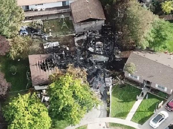 Самолет с пассажирами упал на жилые дома в США: видео с места трагедии