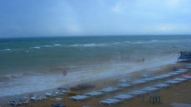 В Азовском море на глазах у людей погибла девушка: никто не бросился спасать. Видео