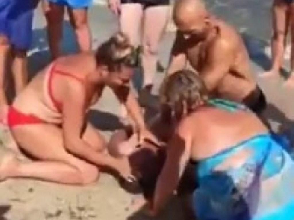 На пляже в Приморске реанимировали утопленника (ВИДЕО)