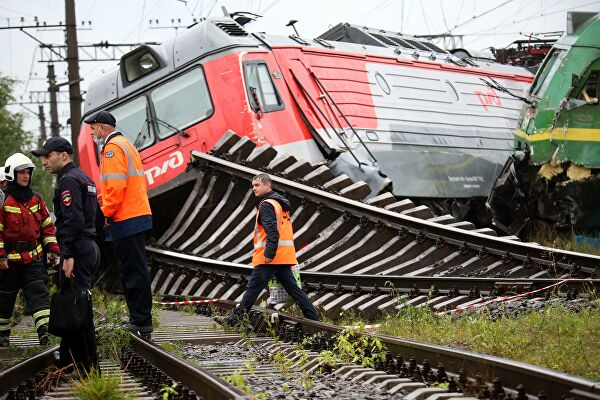 В Санкт-Петербурге после столкновения произошло крушение поездов: фото, видео