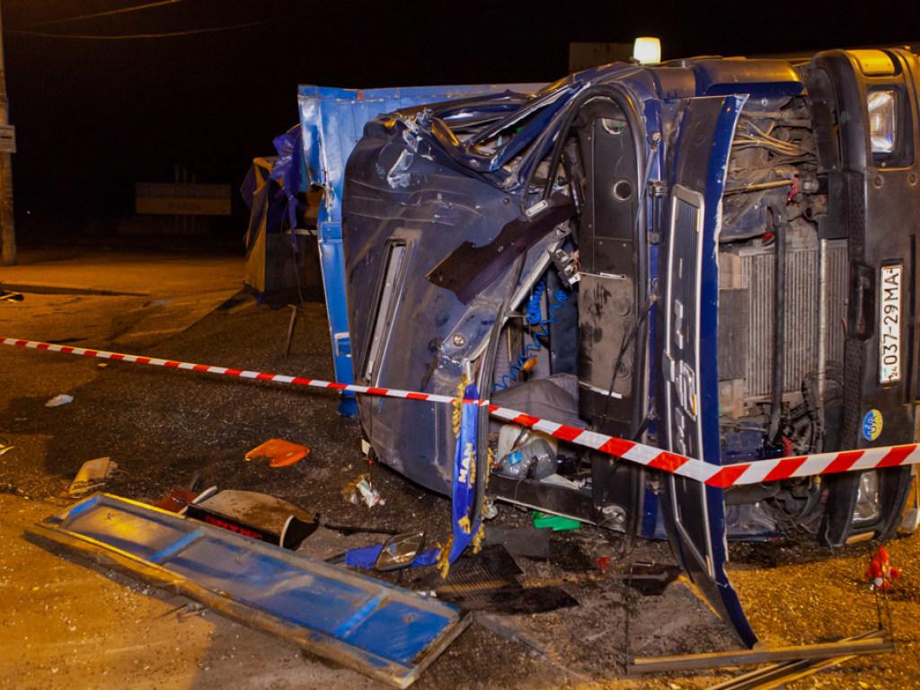 У одного автомобиля отказали тормоза: В Днепре произошло масштабное ДТП с участием двух фур (ФОТО, ВИДЕО)
