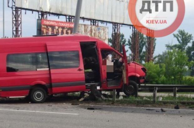 Водій загинув миттєво: Під Києвом сталася ДТП — мікроавтобус «нанизало» на відбійник (фото)