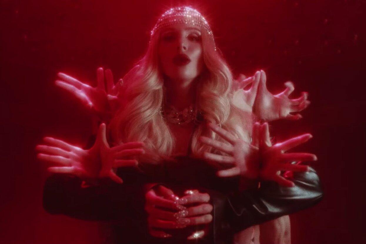 Лобода выпустила абсурдный клип, в котором снялись Лолита, Собчак и Варнава. Он собрал уже более 60 тыс. дизлайков