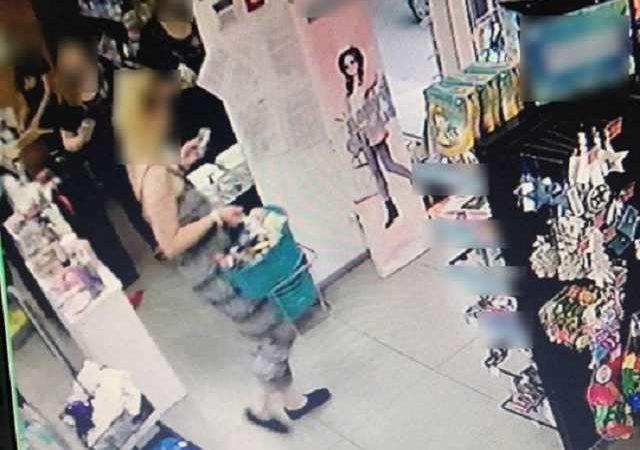 Горе-воровка потеряла документы на месте преступления в Киеве