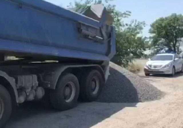 Водитель большегруза оригинально решил избежать взвешивания на дороге: видео инцидента попало в сеть