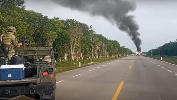 Вражаюче видовище: на трасі загорівся літак наркоторговців, поруч знайшли майже 400 кг кокаїну (фото, відео)