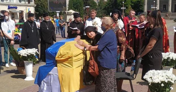 Згорьована мати постійно була біля труни: Українці зі сльозами попрощалися із загиблим воїном «Айдару» (фото, відео)