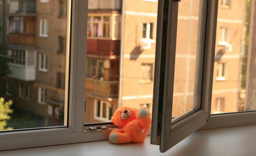 Крик, швидка і біль матері на все життя: дворічна львів'янка випала з восьмого поверху