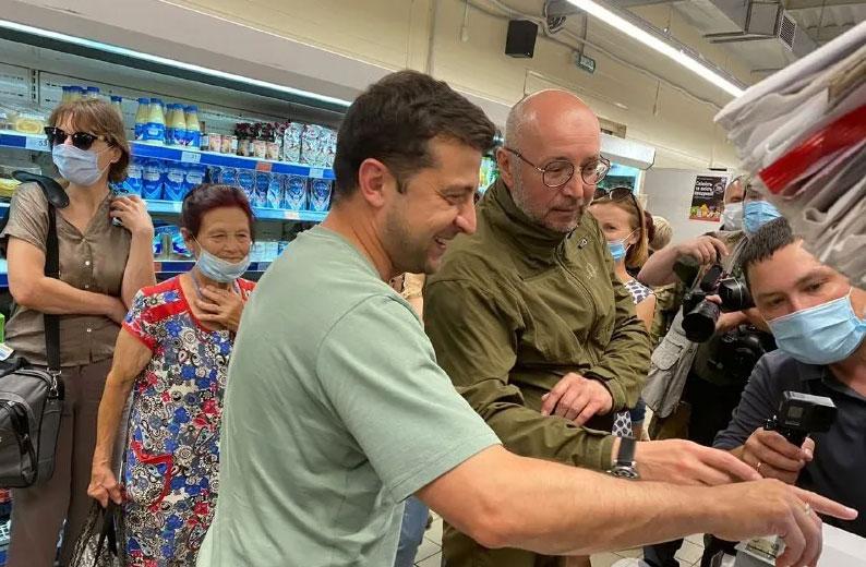 Зеленский после общения с военными на Донбассе поехал за сладостями в АТБ