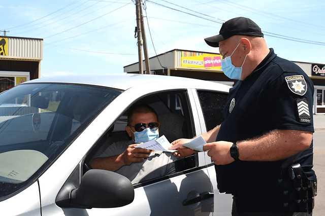 Должен ли водитель передавать документы в руки инспектора?