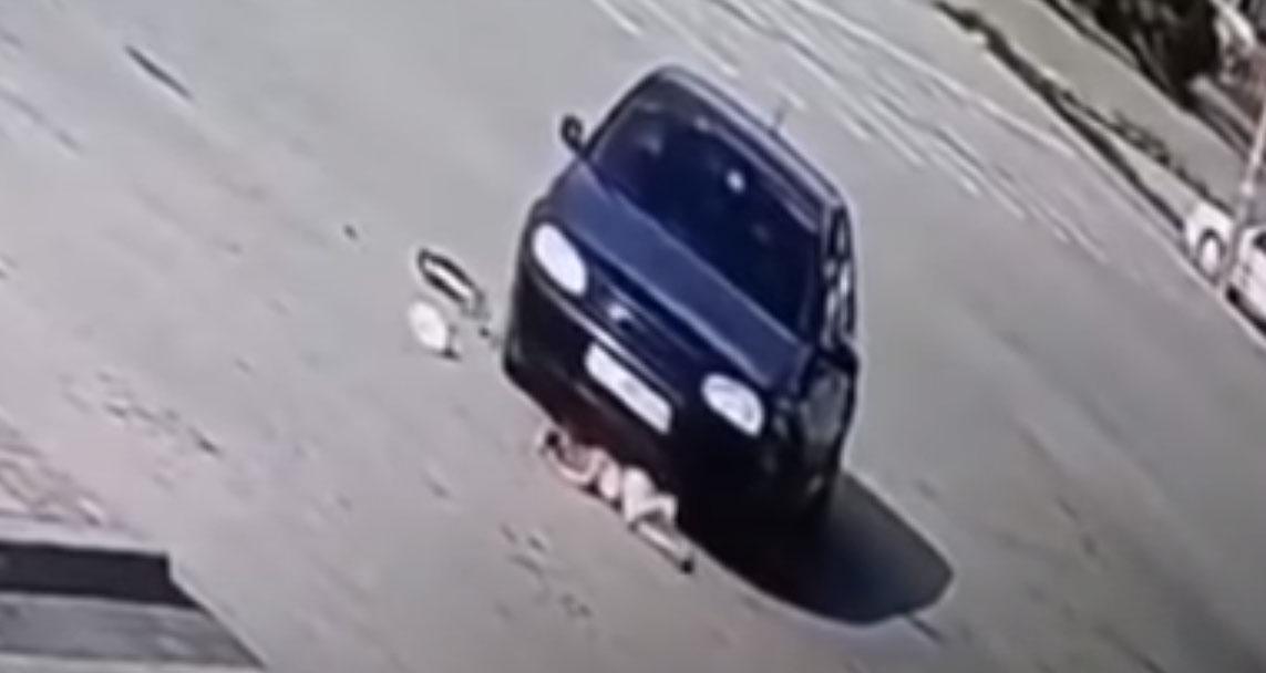 На Львівщині автомобіль кілька разів переїхав 4-річну дівчинку (відео)