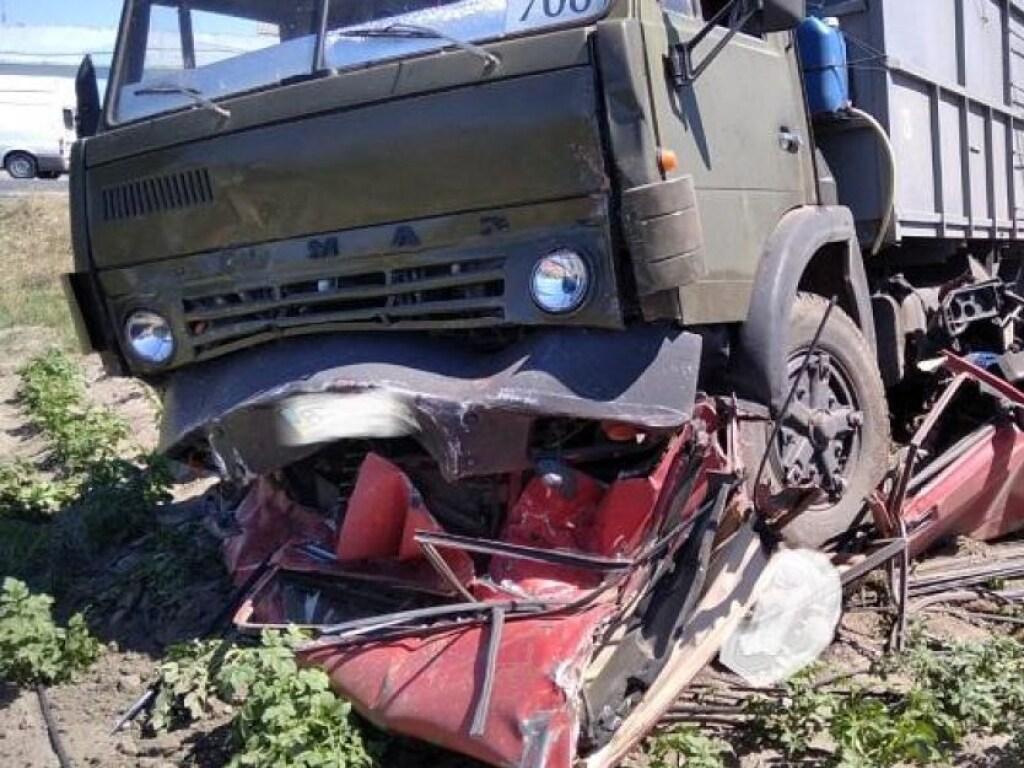 Под Херсоном грузовик раздавил всмятку «Жигули»: есть жертвы (ФОТО)