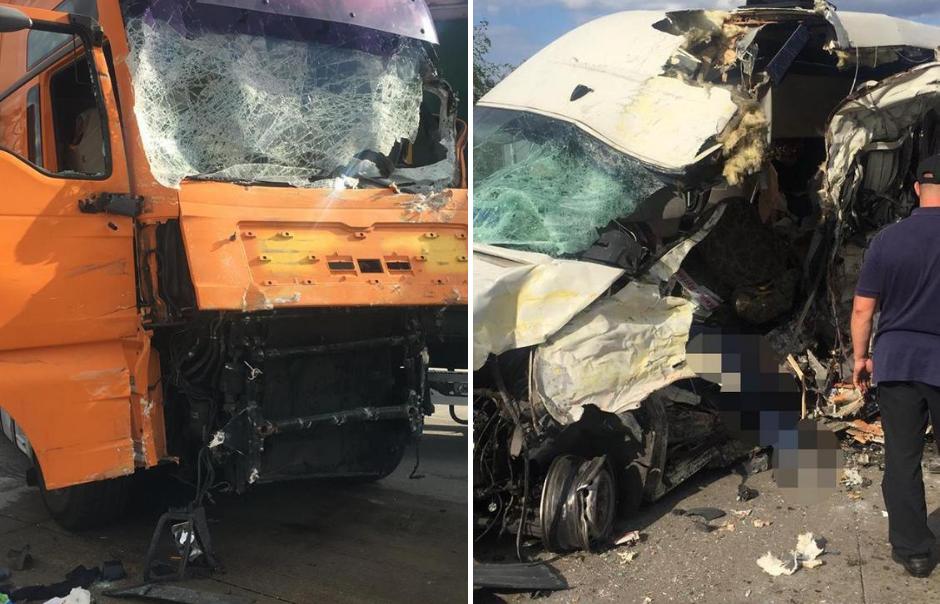 На Житомирщине от удара грузовика перевернулся микроавтобус с пассажирами: погuблu люди
