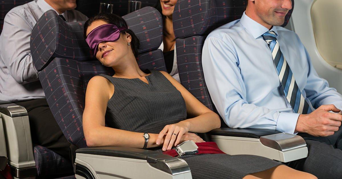 Никогда не задумывались, почему нельзя откидывать спинки кресел в самолете? Эксперты назвали причину