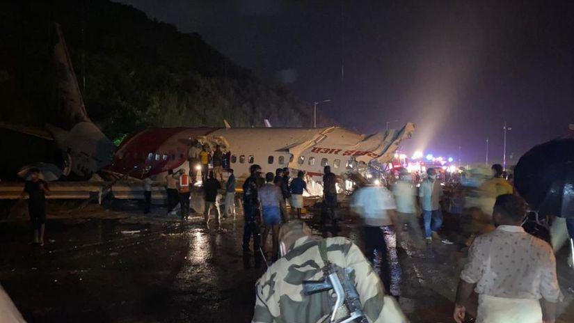 В Индии самолет после посадки раскололся напополам: десятки погибших и раненых. Фото, видео