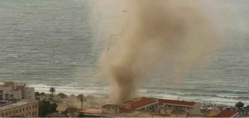 Вот это да! Мощный смерч «вышел» из моря на берег и распугал туристов. Видео