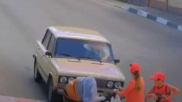 Под Харьковом водитель сбил медсестру ВСУ с младенцем на переходе